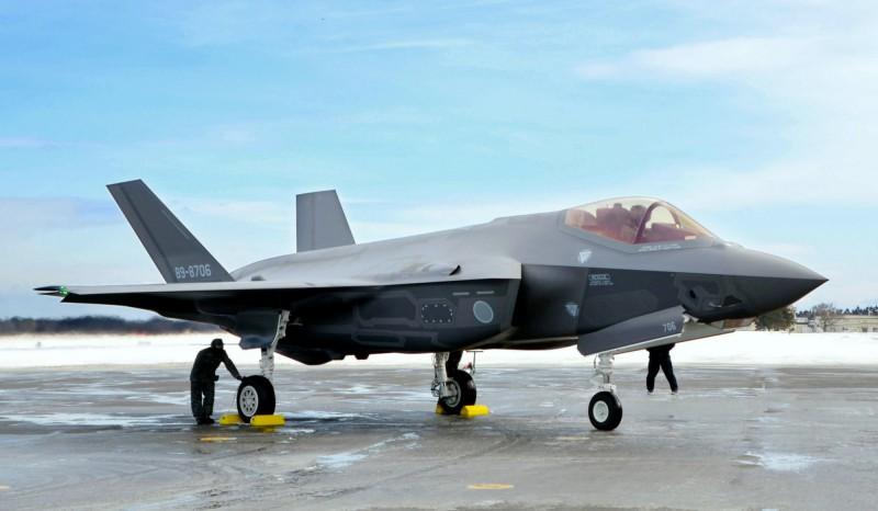 日本航空自衛隊去年4月發生F-35墜毀事故後,青森縣三澤基地的F-35A目前正陸續加裝自動防撞地系統(Auto GCAS)。日本航空自衛隊F-35A示意圖。(美聯社)
