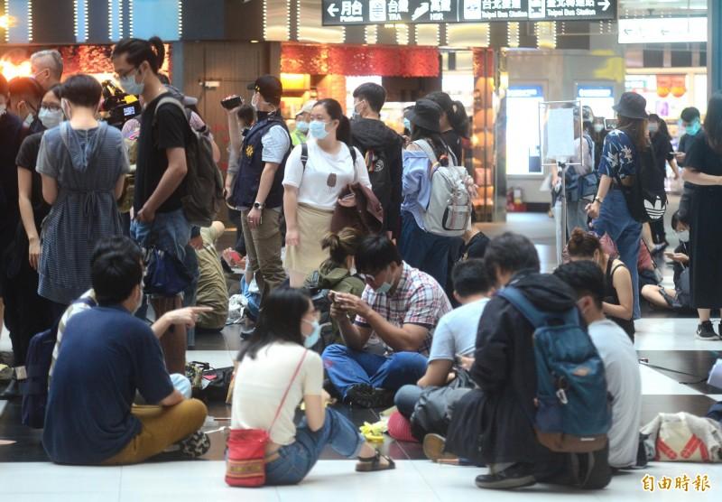 網友發起「坐爆北車大廳活動」,抗議台鐵永久禁席地而坐 。(記者王藝菘攝)