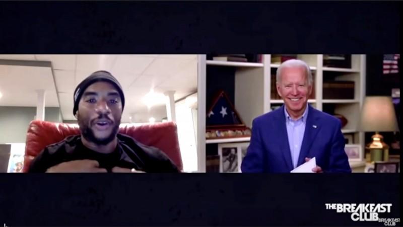 美國民主黨總統候選人拜登(右)21日接受電台主持人查拉曼(左)訪問時暗指,支持總統川普的非裔美國人「不是黑人」,遭到砲轟。(路透)