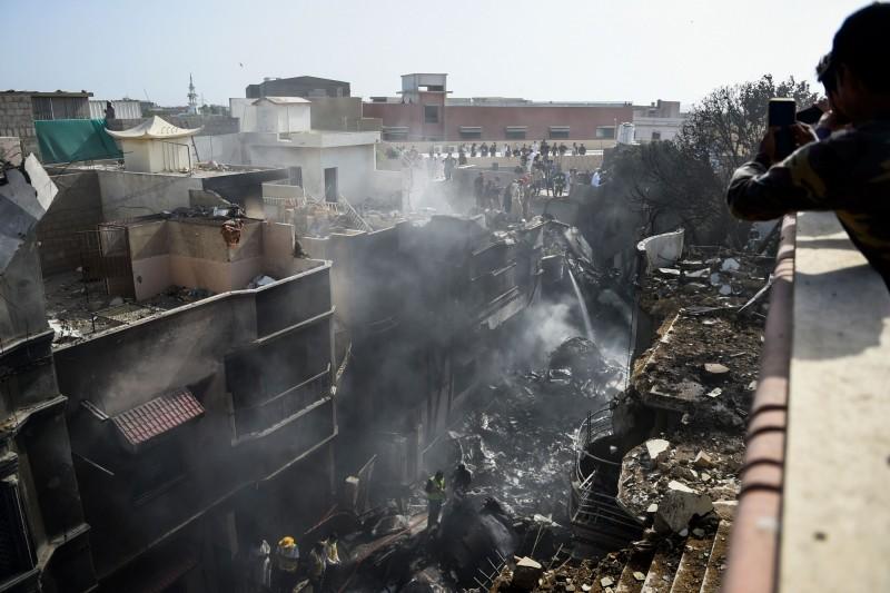 巴基斯坦國際航空一架班機墜毀民宅區,傷亡慘重。(法新社)