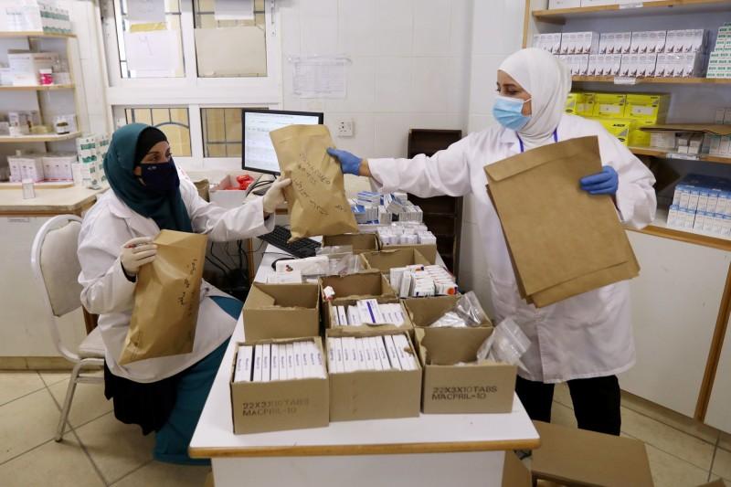 美國研究發現,約旦的一場婚禮成為該國武漢肺炎(新型冠狀病毒病,COVID-19)疫情大流行起源,當時新郎的岳父千里迢迢地從西班牙趕來,孰料卻也將病毒帶到現場,導致85人感染武漢肺炎。圖為約旦醫護人員。(路透)