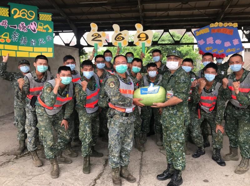 53工兵群官兵致贈西瓜情義相挺,慰問與關懷269旅官兵。(圖:擷取自陸軍司令部臉書專頁)