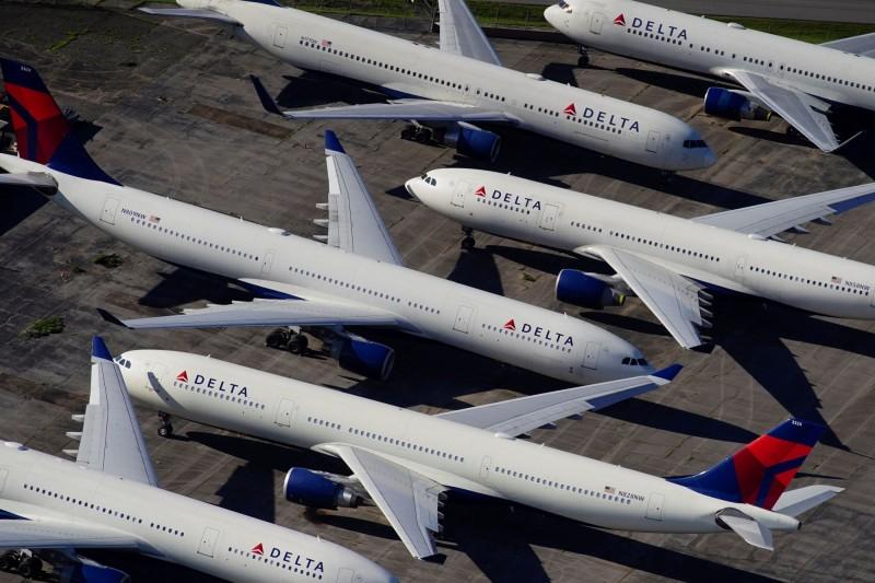 由於疫情影響,美國達美航空的飛機塞滿機場停機坪。(路透資料照)