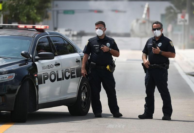 美國佛州男子謊稱自己確診武漢肺炎(新型冠狀病毒病,COVID-19)並向警察吐口水,目前面臨了美國聯邦恐怖主義罪嫌。佛州警察示意圖。(法新社)