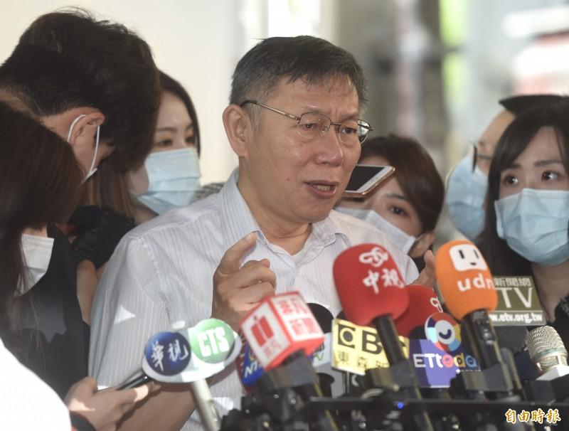 台北市長柯文哲今出席台北市南區扶輪社捐血車捐贈典禮,會前接受媒體訪問。(記者簡榮豐攝)