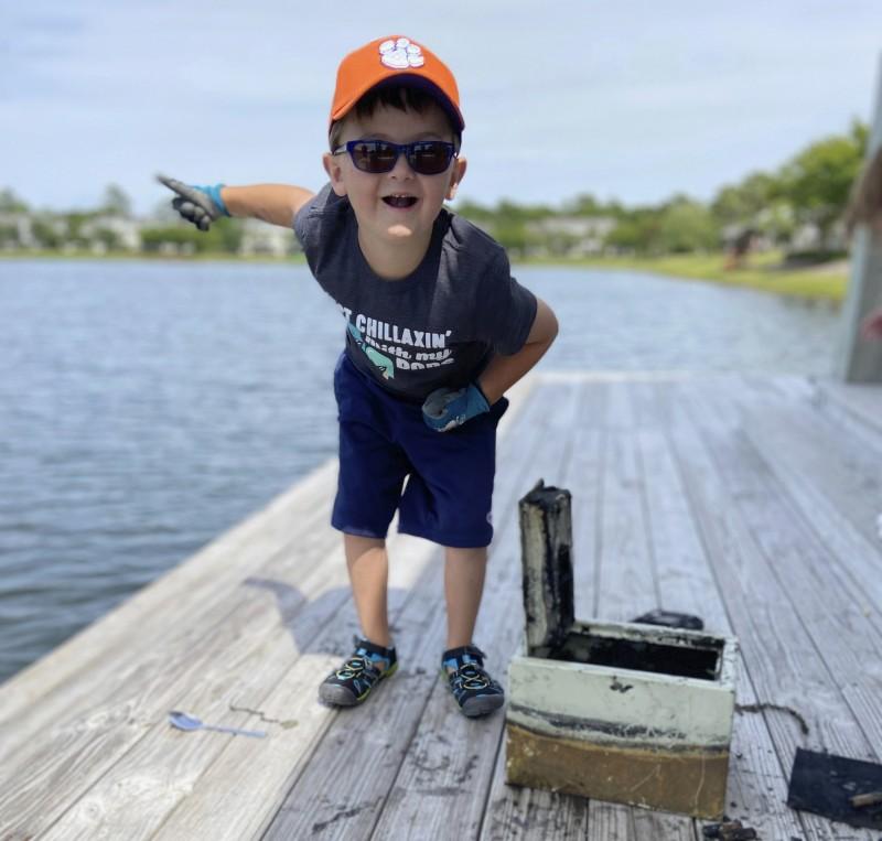 美國6歲男童布魯爾(Knox Brewer)在南卡羅來納州湖泊玩起「磁鐵釣魚」,想看看湖底有什麼金屬寶物,沒想到卻找到了8年前在竊盜案中被偷走的保險箱。(美聯社)