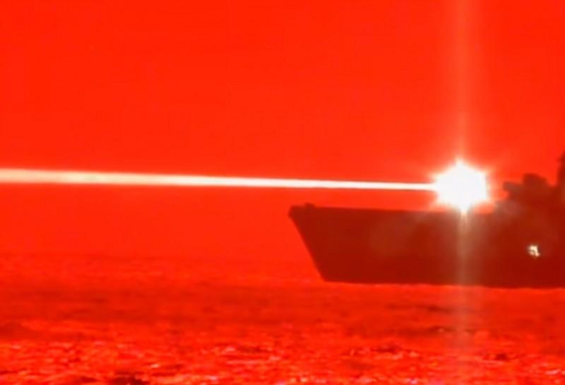兩棲船塢運輸艦波特蘭號發射艦載高能雷射。(圖擷取自美軍太平洋艦隊臉書)
