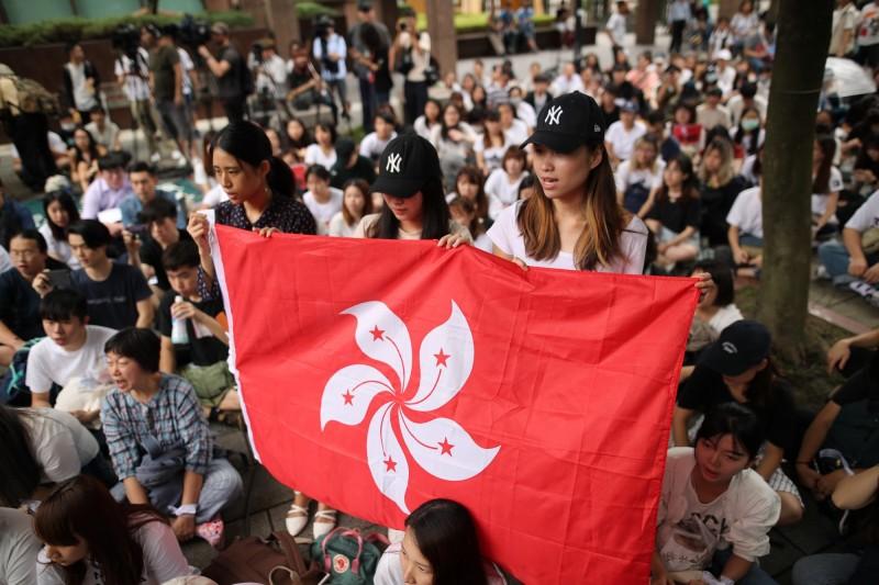 香港反送中抗議者展示香港紫金旗。(歐新社資料照)
