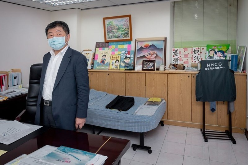 總統蔡英文日前曝光了疫情指揮中心指揮官陳時中的辦公室「小窩」。(擷取自蔡英文臉書)