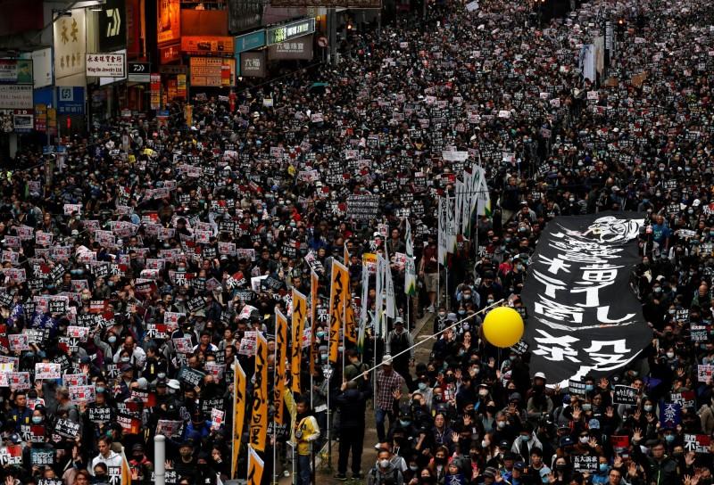 遊行發起方表示,這次遊行示威不向警方申請不反對通知書,堅決抗命。圖為今年1月1日香港的「民陣大遊行」。(路透)