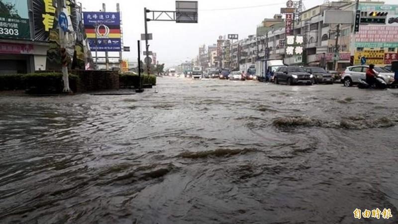 圖為昨日高雄市仁武鳳仁路淹水情況。(民眾提供)