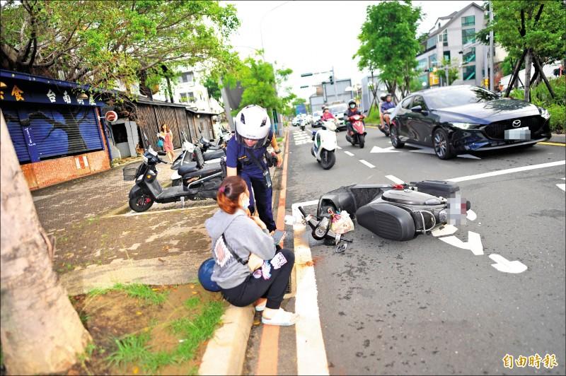 調查官自撞的路段路幅較小,機車與轎車共用車道,因此常發生車禍。(記者王捷攝)