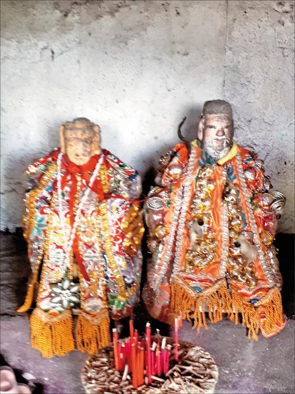 村長劉文祥找到土地公、土地婆原本的照片,發現和歸還的神像樣子也差太多。(村長劉文祥提供)