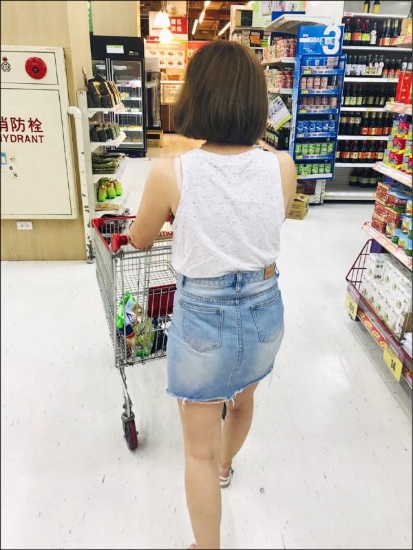 女老師著短裙逛賣場被偷拍。(受害者提供,記者林嘉東翻攝)
