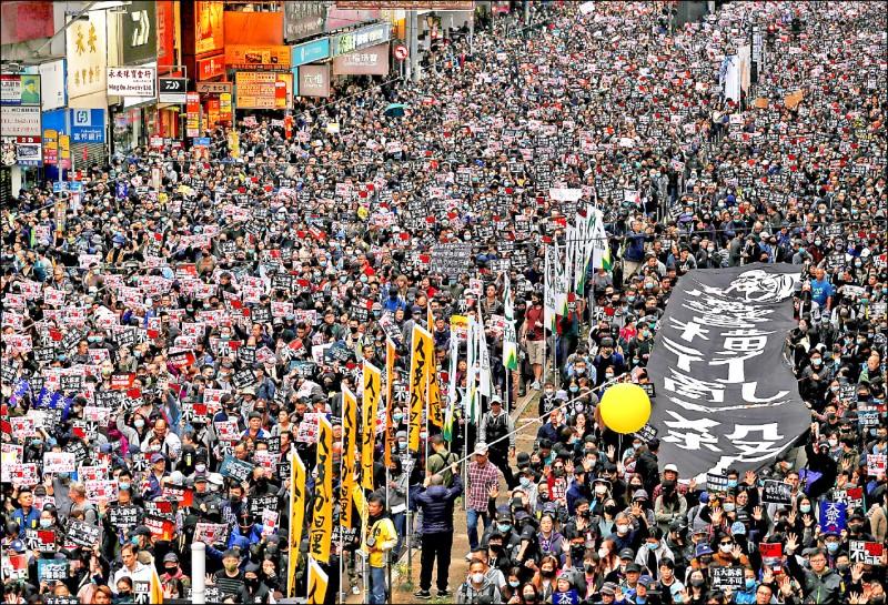 香港過去一年的「反送中」示威頻頻。香港過去一年的「反送中」示威頻頻(路透檔案照)