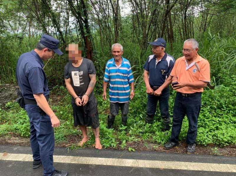 利吉村民與警合作圍捕到竊嫌。(記者黃明堂翻攝)