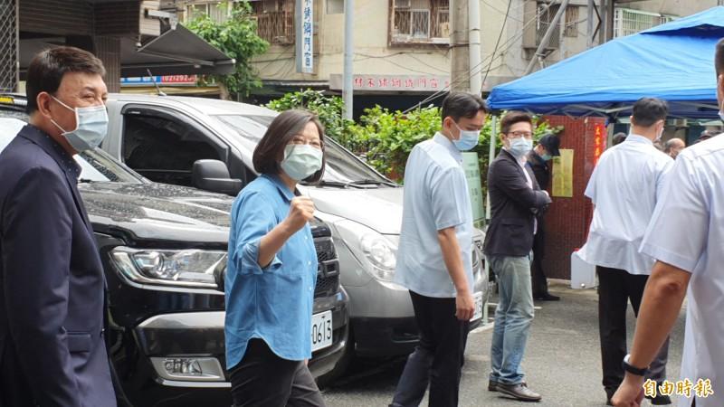 身穿藍色襯衫的蔡英文心情很好,面對媒體她握拳呼籲黨員要出來投票。(記者邱書昱攝)