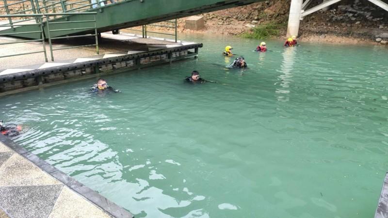 日月潭玄光碼頭傳出女子落水,警消派出船艇與人員在碼頭水域搜救。(記者劉濱銓翻攝)