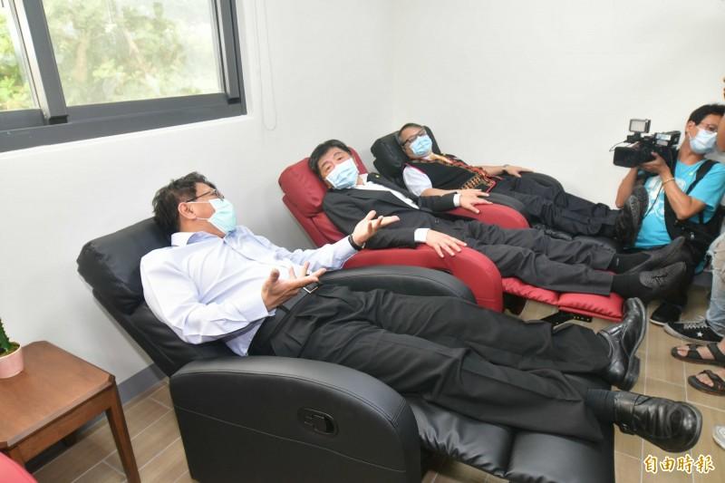 鵝鑾鼻日照中心參訪,體驗舒適沙發。(記者蔡宗憲攝)