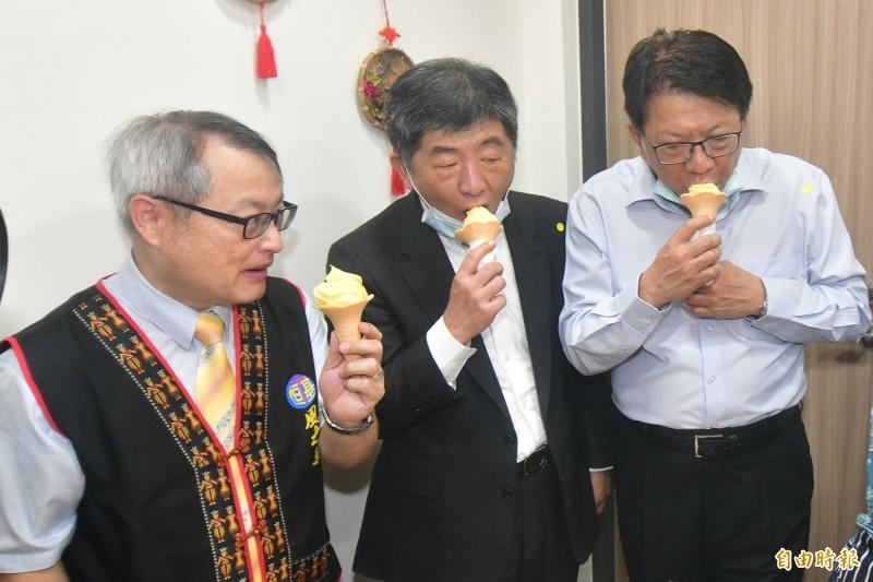 鵝鑾鼻日照中心參訪,大啖芒果冰淇淋。(記者蔡宗憲攝)