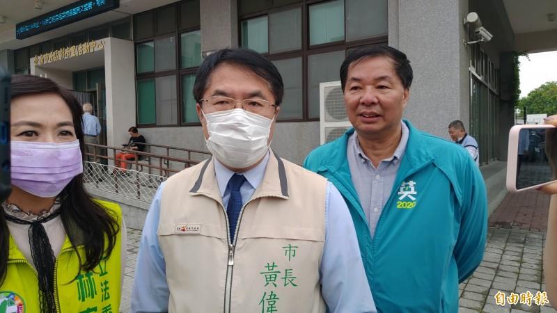 台南市長黃偉哲(中)說,他已邀請衛福部長陳時中來台南促進台南的觀光,陳部長也已應允擇日造訪。(記者蔡文居攝)