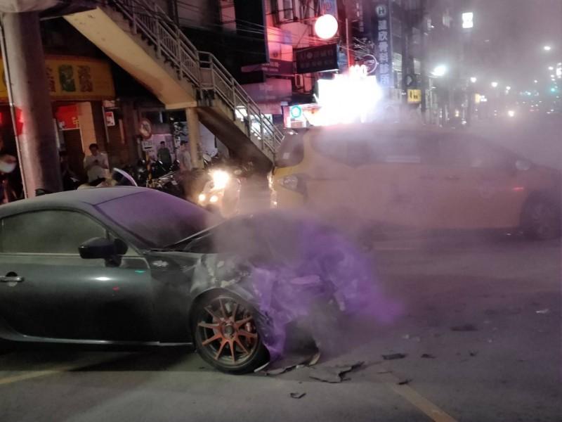 兩車碰撞後,蔡姓駕駛的車頭冒出大量濃煙及火光(記者吳昇儒翻攝)