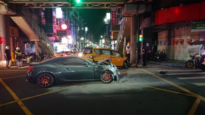 直行轎車車頭凹陷(記者吳昇儒翻攝)