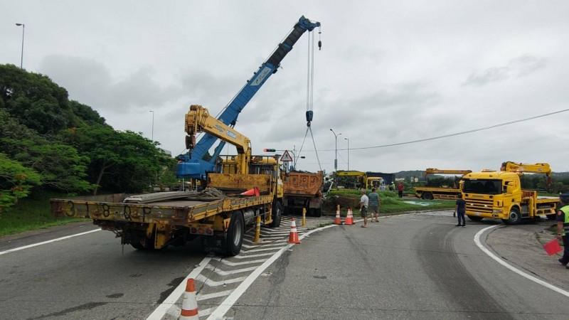 多輛大型吊車出動救援,將卡在分隔島的砂石車拖出。(記者鄭名翔翻攝)