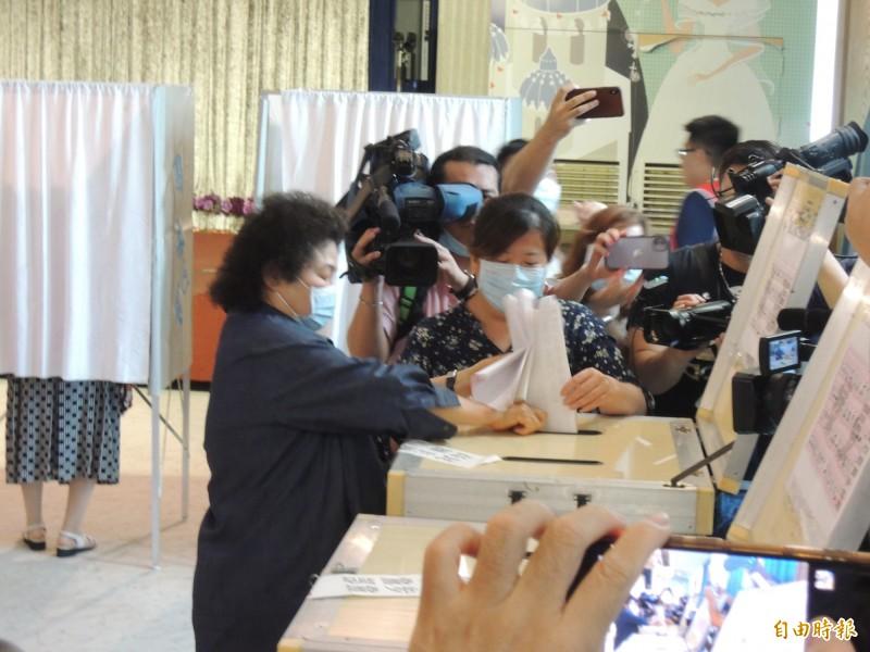 前總統府秘書長陳菊今上午回高雄,參與黨職改選投票。(記者王榮祥攝)