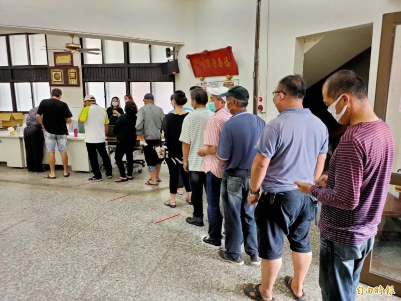 民進黨南投縣黨部主委、全國黨代表、縣代表選舉投票今天舉行,埔里鎮投開票所一早就有不少黨員冒雨來投票。(記者佟振國攝)