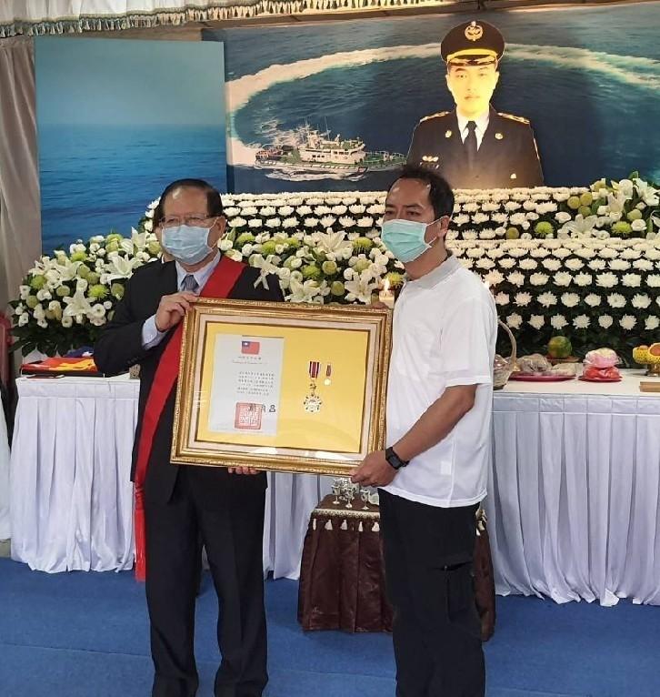 海巡署長陳國恩(左)代表行政院長追贈三等楷模獎章給落海身亡的海巡隊員黃睿濠,由其家屬代表接受。(記者王俊忠翻攝)
