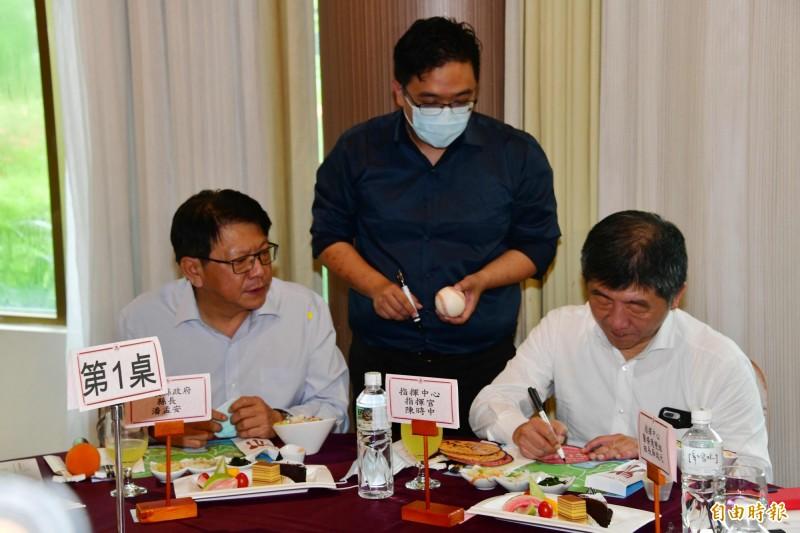 阿中部長午餐前幫屏東醫護粉絲簽名。(記者蔡宗憲攝)