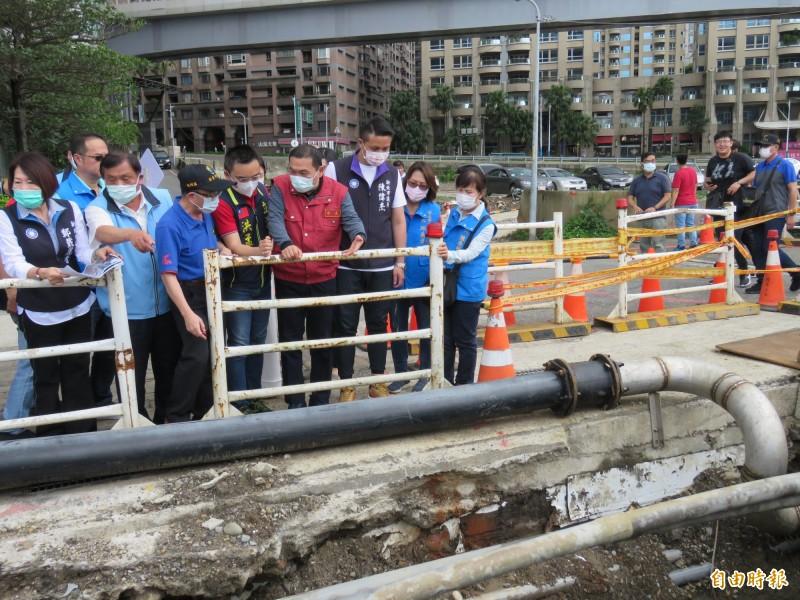 侯友宜視察「淡金路(中正東路2段5巷口)」排水改善工程,此處為人行道下過路排水涵管(0.8m排水管x2支)。(記者陳心瑜攝)