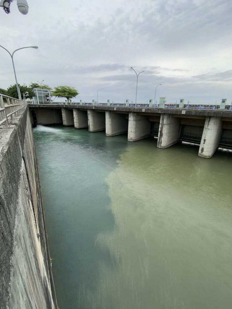 南化聯通管漏水緊急關閉,高雄16區今緊急停水,影響12.6萬戶。(記者陳文嬋翻攝)