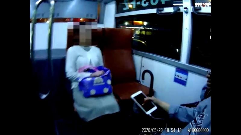 婦人搭公車卻不戴口罩。(記者王冠仁翻攝)