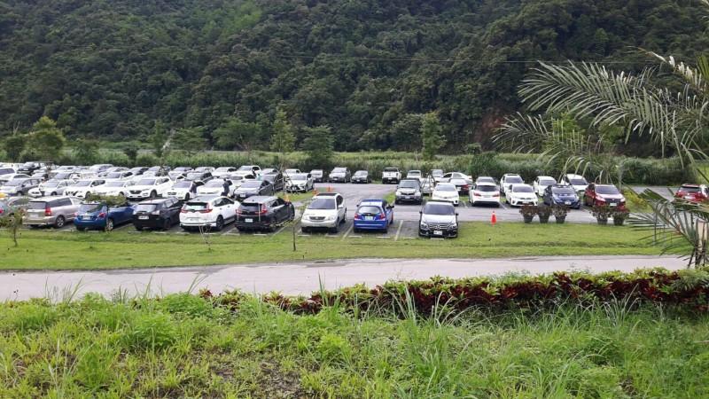 中午12點,園區停車場已停50%。(記者江志雄翻攝)