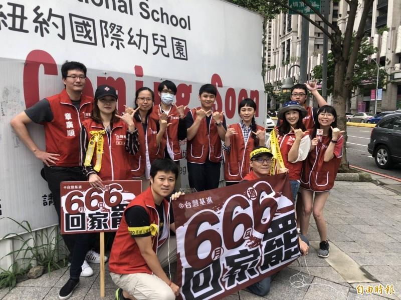 為罷韓投票加溫!台灣基進新竹黨部這兩天在東區好市多附近及新竹火車站發黃絲帶,呼籲北漂新竹的高雄子弟在6月6日一定要回高雄投罷免票。(記者洪美秀攝)