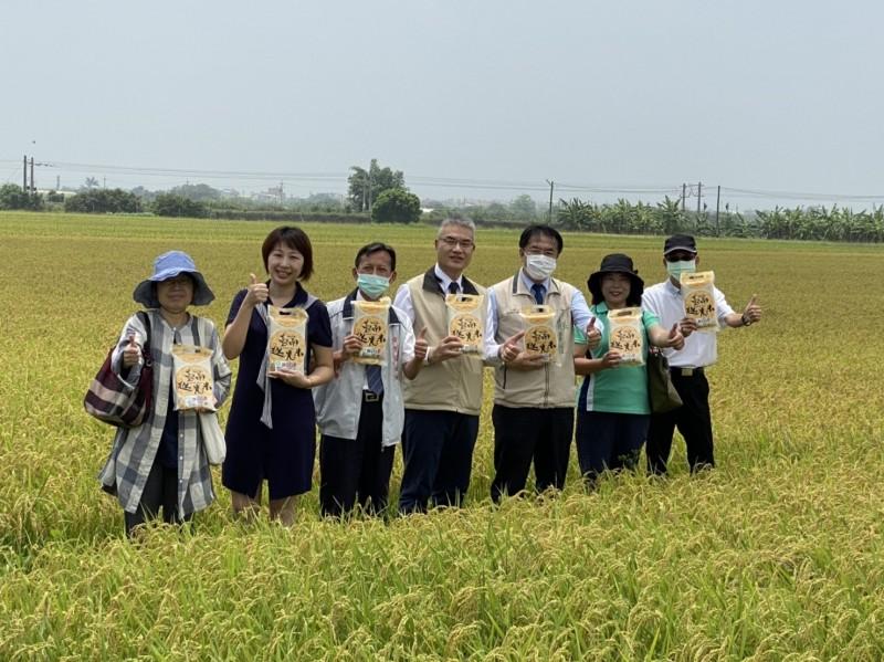 南市一期稻作開始收割,台南市長黃偉哲今前往主要米倉後壁區勘查稻熱病及稻米產銷情形,監控顯示今年稻熱病影響小,積極推廣的台南越光米品質佳。(記者王涵平翻攝)