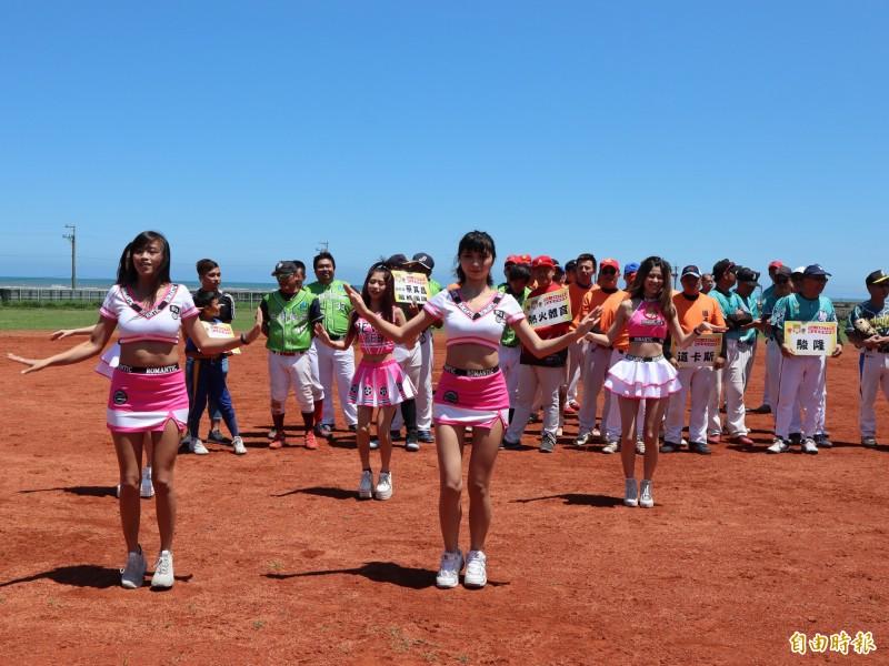 大安區南埔里海洋棒壘球場啟用,請來啦啦隊熱舞表演。(記者歐素美攝)