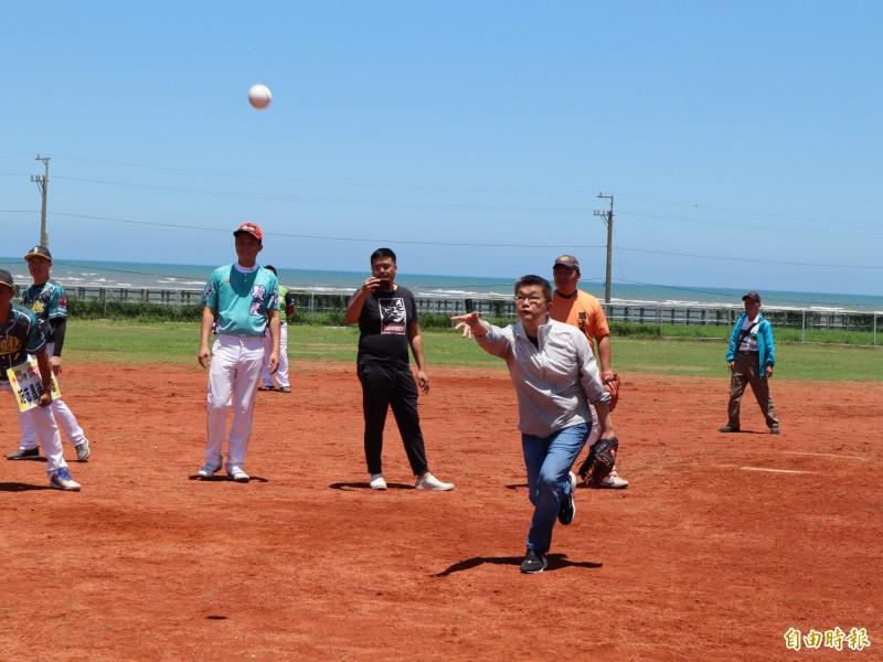 大安區南埔里海洋棒壘球場啟用,由立法院副院長蔡其昌開球。(記者歐素美攝)