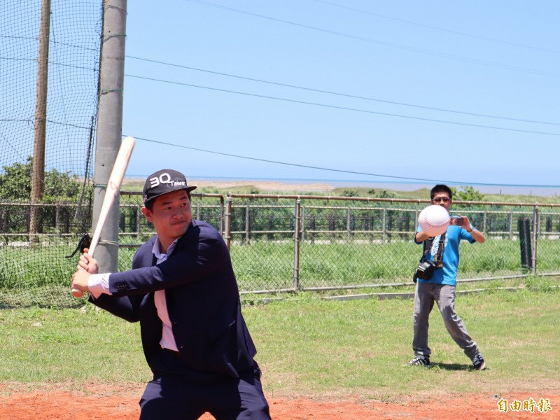大安區南埔里海洋棒壘球場啟用,立委陳柏惟揮棒差點轟出全壘打,實力堅強。(記者歐素美攝)