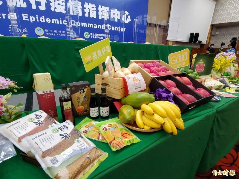 指揮中心記者會出現大批屏東農產品。(記者林惠琴攝)