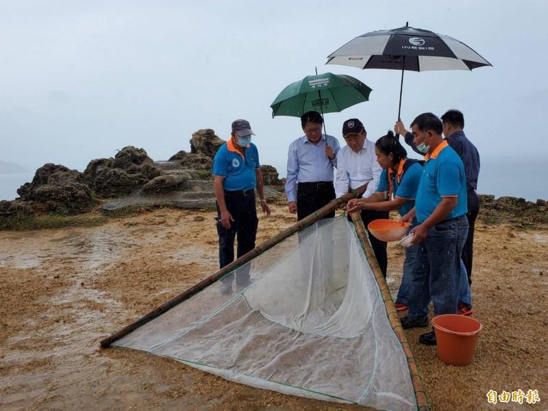 指揮中心指揮官陳時中到風吹砂體驗「撈魚苗」。(記者林惠琴攝)