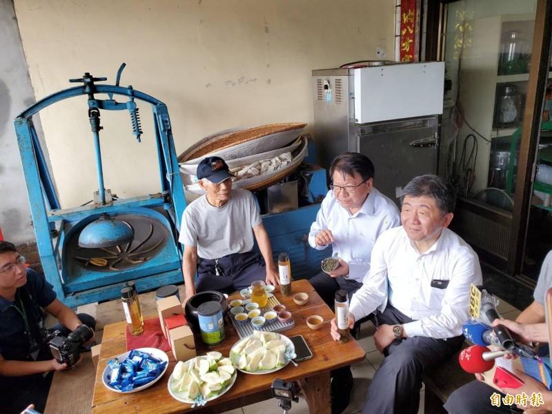指揮中心指揮官陳時中到佳樂水的老店品嘗港口茶。(記者林惠琴攝)