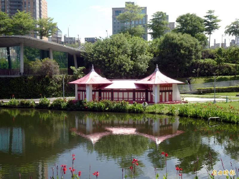 秋紅谷公園的湖心亭燈組,被民眾認為像「紙紮屋」。(記者張菁雅攝)