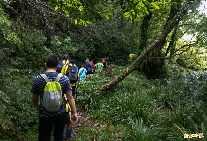 金洋國小準畢業生與五年級學弟,在畢業前挑戰族人口中的「鬼湖」,完成學校課程最重要的一門文化課。(記者張議晨攝)