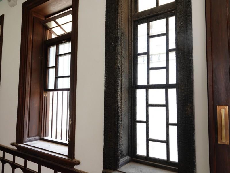 黃家瀞園曾遭祝融,此次修復特別保留經火災而碳化的窗台。(圖:文化局提供)