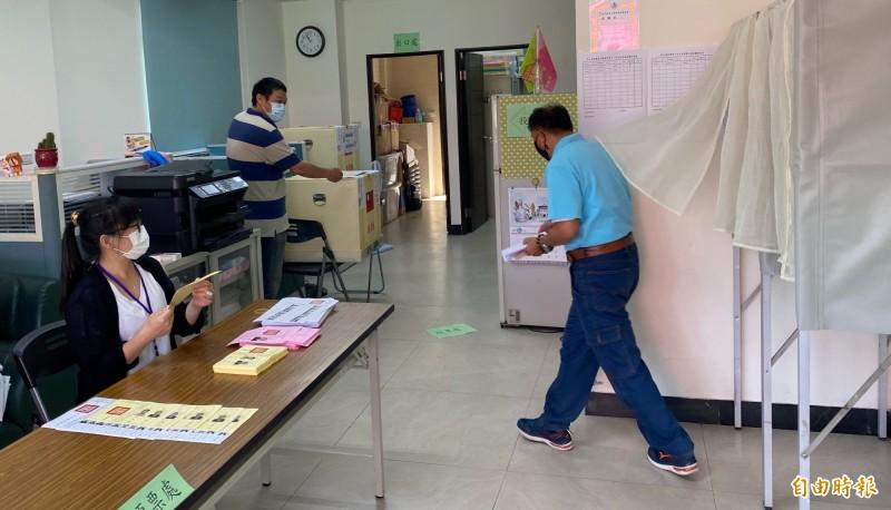 民進黨金門縣黨部場地雖小,仍在現場規畫完整投票空間,方便黨員進場投票。(記者吳正庭攝)