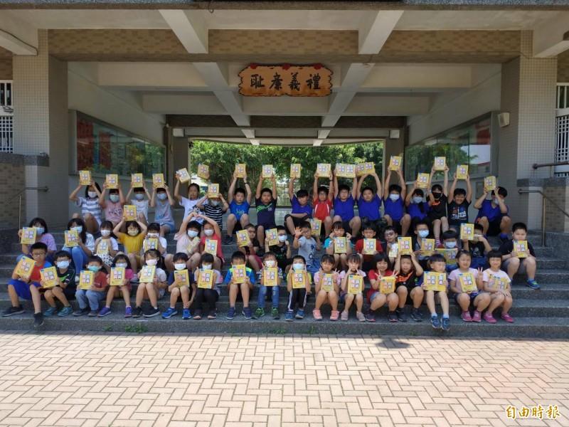 雲林麥寮鄉興華國小鼓勵學童查字典,由學校統一採購每名學童都有一本專屬字典。(記者黃淑莉攝)