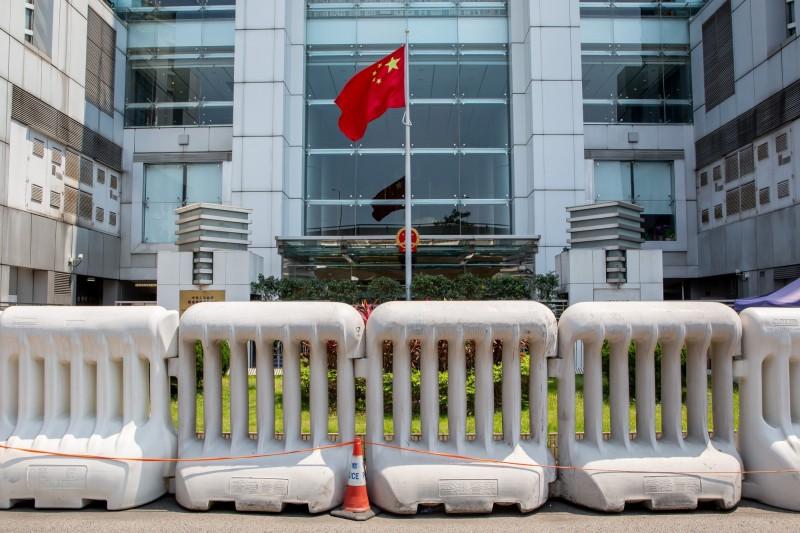 為防止示威群眾闖入,中國政府駐香港聯絡辦公室(中聯辦)受到嚴密保護。(彭博檔案照)